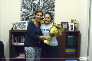 A aluna Vitória Louzada e a diretora do Colégio do Carmo, Renata Gaia.