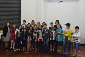 Turma do 5ºB com a professora Bete Figueiredo, na apresentação final realizada no CAIS, em Santos.