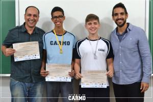 O professor Rogerio Brancacio e o orientador do Ensino Médio, Fabio Gaia, parabenizam os alunos Leonardo (ouro) e Giuliano (prata).