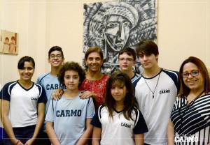 Alunos classificados para a fase final da Olimpíada Paulista de Matemática, a diretora Renata Gaia e a professora de matemática Eliane Pereira.