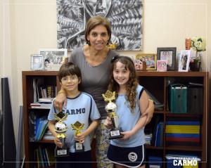 Ryan Gomes e Ana Beatriz Mendes, campeão e vice-campeã da 7ª etapa com a diretora pedagógica Renata Gaia.
